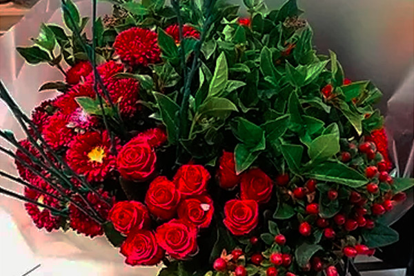 Flower bouquet with roses